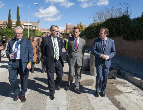 El Alcalde de Coslada paseando por las calles del municipio