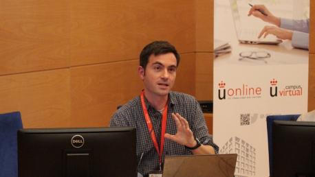 Mario Rajas, investigador de ciberimaginario, dando una charla en la Universidad Rey Juan Carlos