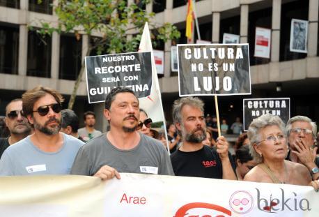 La familia Bardém, manifestandose contra los recortes.