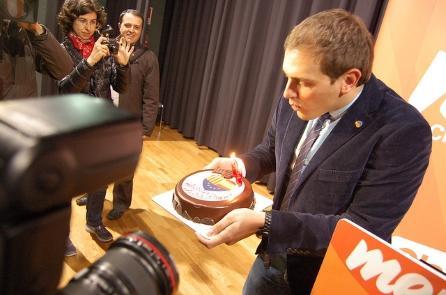 Albert Rivera sopla velas en un evento de campaña en Sabadell.