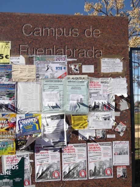 Entrada del Campus de Fuenlabrada con los carteles de la huelga