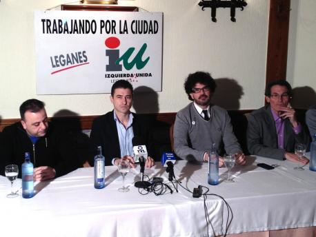 Eddy Sánchez y Rubén Bejarano (centro) junto a otros miembros de IU