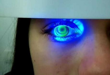 Luz azul proyectada sobre el ojo humano