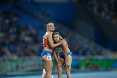 Dos atletas abrazándose en las Olimpiadas de Río
