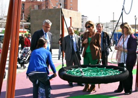 Raúl López, primero por la izquierda, visitando la nueva zona de juegos inclusivos