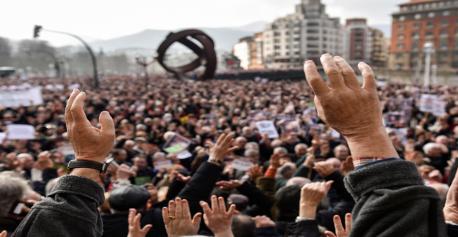 Fig. 1 Miles de jubilados y pensionistas, se han manifestado hoy por las calles de Bilbao. EFE/MIGUEL TOÑA (Diario Público)