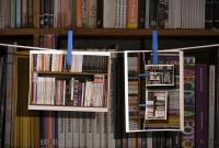 Montaje de libros y fotografías en la biblioteca