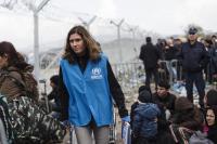 Trabajadores de ACNUR atendiendo a refugiados en Grecia
