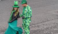 Dos personas disfrazadas antes del comienzo del desfile.