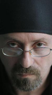 Carlos Salem, novelista, poeta y periodista, nació en Buenos Aires y reside en España dese 1988