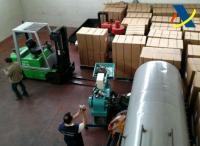 Interior de la fábrica desmantelada en Coslada, con la mercancía y la maquinaria para producir el tabaco ilegal.