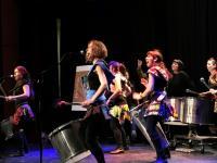 La batucada del grupo Arte Muhé en su actuación en Vicálvaro