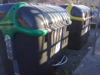 Dos de los nuevos contenedores en Jorge Guillén, instalados la primera semana de marzo..