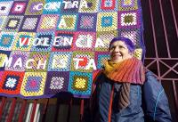 Toñi Domingo, cofundadora de Entre-Tejiendo Vicálvaro junto al mural feminista del 8M