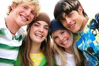 Grupo de adolescentes sonriendo.