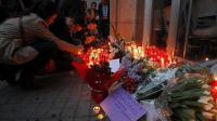 Velas, flores y cartas en recuerdo a la víctima