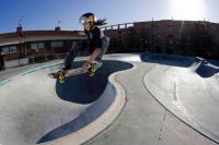 Niño saltando en una rampa del skatepark