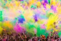personas tirando polvos de colores durante el 'Holi Festival'