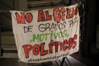 Pancarta de la asamblea que muestra el rechazo al cierre de grados
