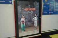 Uno de los carteles de la campaña institucional sobre educación en la estación de metro de Argüelles