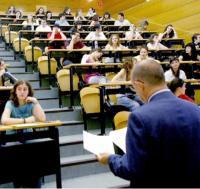 Un profesor imparte clase en la universidad