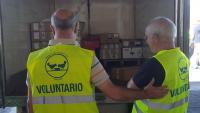 Voluntarios reciben mercancía en la sede del Banco de Alimentos de Madrid