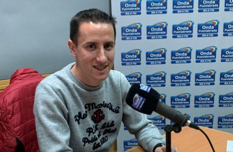 Raúl Hernández siendo entrevistado por un Onda Fuenlabrada
