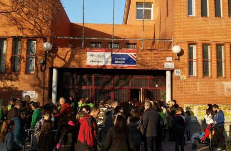 Profesorado y familias reunidos al pie del instituto de Villablanca protestando por la falta de espacio