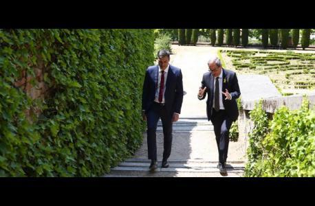 Sánchez y Torra paseando por los jardines del Palacio de la Moncla